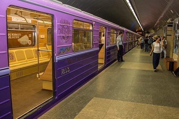 Bakıda gənc oğlan metroda özünü qatarın altına atdı