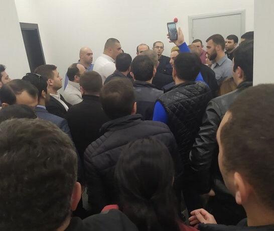 TƏCİLİ: Bank işçiləri etiraz edir: Banka polis və ordu yeridildi – CANLI YAYIM