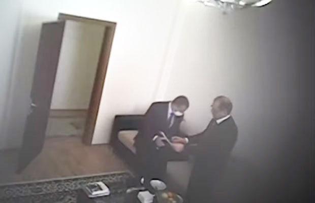 İcra başçısı rüşvəti evində alıb – Video