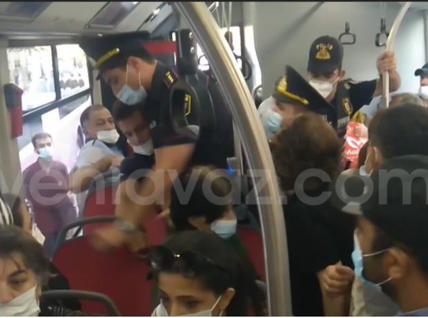 Avtobusda polis və vətəndaş arasında mübahisə – VİDEO