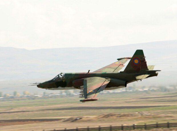 Ermənistanın SU-25 qırıcısı dağa belə çırpıldı – VİDEO