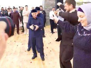 Kadırov qardaşı oğlunun toyunda rəqs etdi – VİDEO