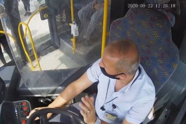 Sürücü avtobusa maskasız minən sərnişini bıçaqladı – VİDEO