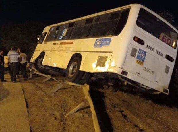Bakıda sərnişin avtobusu qəzaya uğrayıb – FOTO