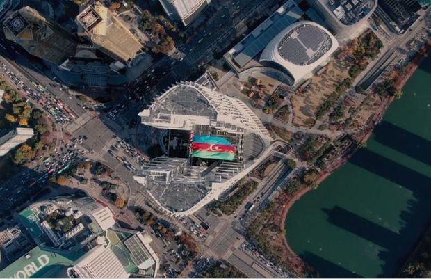 Azərbaycanın dövlət bayrağı dünyanın ən hündür beşinci göydələnində dalğalanıb – FOTO