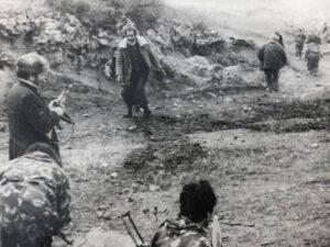 Azərbaycan əsgəri Xocalı cəlladını diri tutdu – FOTOLAR
