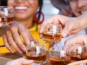 Anadan DƏHŞƏTLİ ƏMƏL: Körpə uşağına alkoqollu içki içirtdi – FOTO