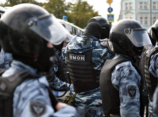 Çeçen nümayişçi Moskvada OMON-nun 4 əməkdaşını döydü – VİDEO