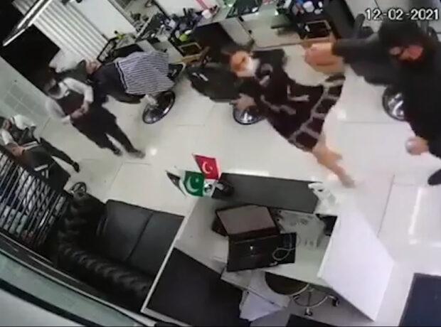 Bakıda polis bərbərxanada qadına qarşı zorakılıq etdi – araşdırma aparılır – VİDEO