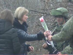 Rusiya sülhməramlıları erməni qadınlara çiçək bağışladılar – FOTOLAR