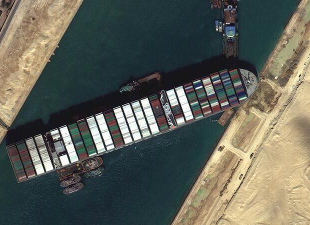 Süveyş kanalında ilişən gəmi sayadan çıxarıldı