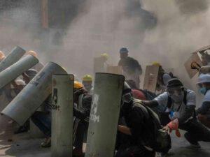 Etirazlar toqquşmalara çevrildi – Nümayişçilər snayperlərlə vurulur / VİDEO