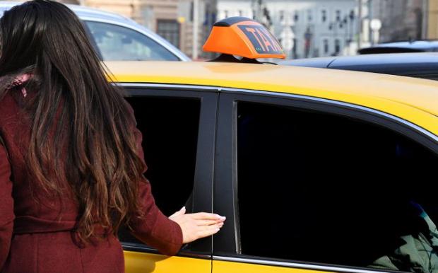Azərbaycanda qadın sərnişin taksi sürücülərini şoka saldı – VİDEO