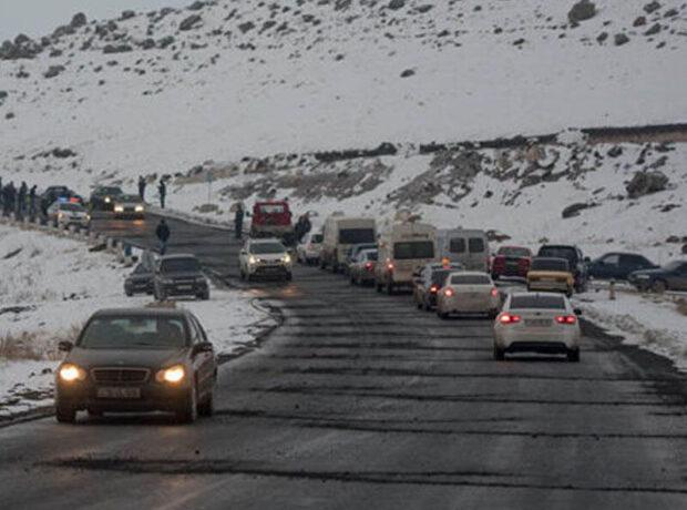 Ermənistanda şok – Sürücü avtomobillə hərbçilərin üzərindən keçdi