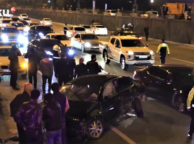 Bakıda gecə 4 avtomobilin toqquşduğu ağır qəzadan görüntülər – VİDEO
