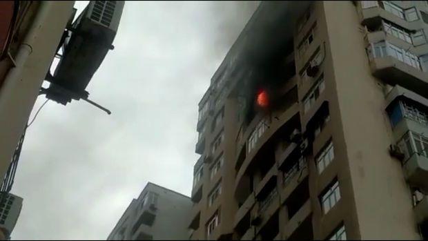 SON DƏQİQƏ: Bakıda çoxmərtəbəli bina yanır