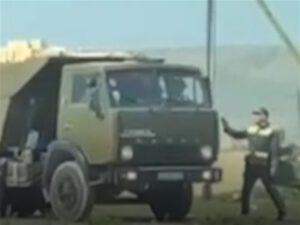 """Yol polisi """"Kamaz"""" sürücüsündən rüşvəti belə aldı – VİDEO"""