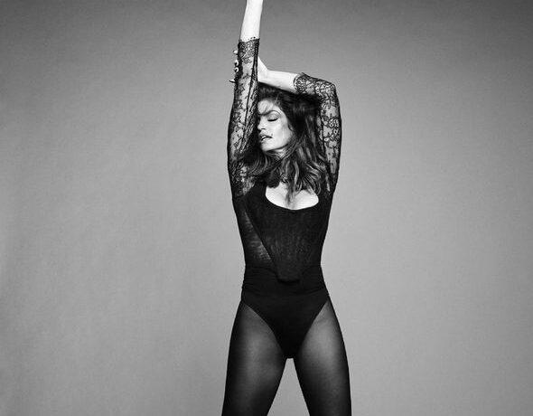 Sindi Krouford açıq-saçıq fotosessiyada iştirak etdi – FOTO