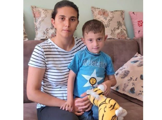 Mərkəzi Klinik Xəstəxanada oğlunun əməliyyatından imtina edilən şəhid bacısı Mehriban Əliyevaya müraciət etdi – FOTOLAR