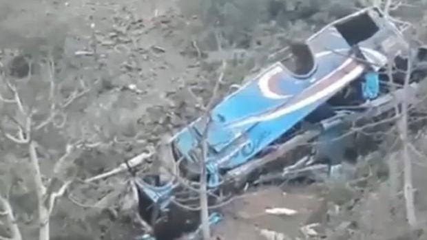 Dağlıq ərazidə hərəkət edən sərnişin avtobusu dərəyə yuvarlandı: Onlarla insan həlak oldu