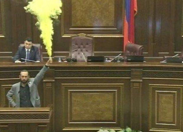 Ermənistan parlamentində yenə dava düşdü- VİDEO