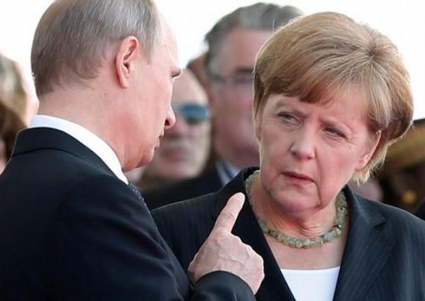 Putinlə görüşdə Merkelin telefonuna zəng gəlib – VİDEO