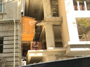 Bakıda qeyri-adi hadisə: Binanın balkonu yeni tikilən digər binanın içərisində qaldı – VİDEO