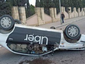 Bakıda ağır yol qəzası: Taksi aşdı, yaralılar var (FOTO)